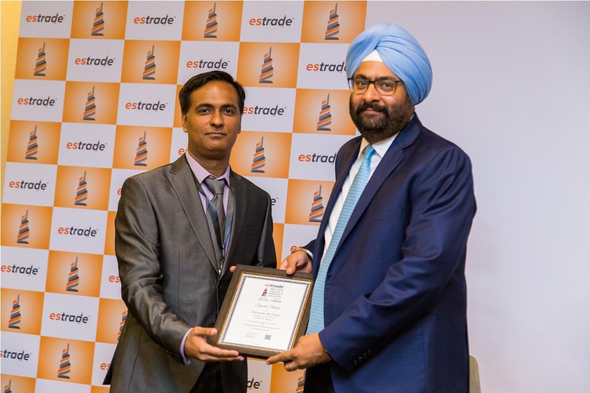 Vishwasjeet Singh, Editor-in-chief - Estrade.in felicitating Ashwinder Raj Singh, CEO - ANAROCK Property Consultant Pvt. Ltd