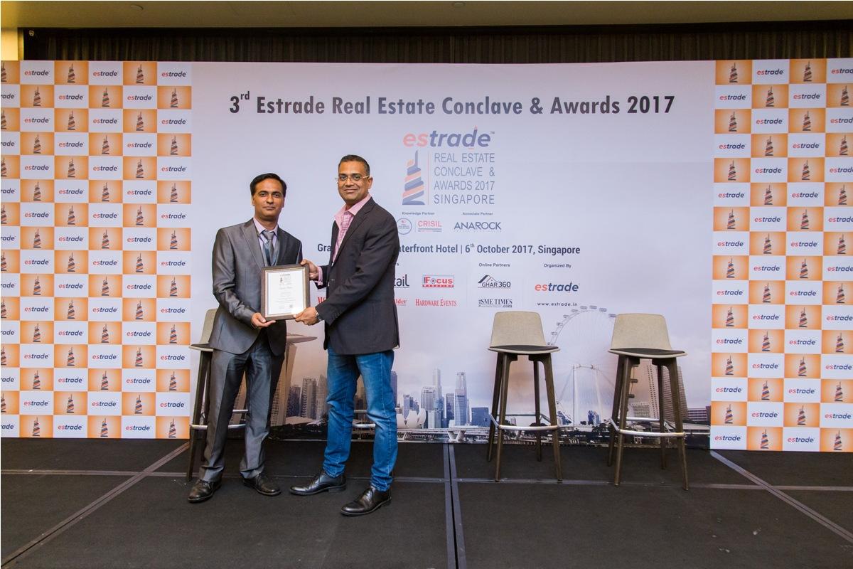 Vishwasjeet Singh, Editor-in-chief - Estrade.in felicitating Jury member Arshi Pathan, Director - Moonpool Consultants Pte. Ltd.