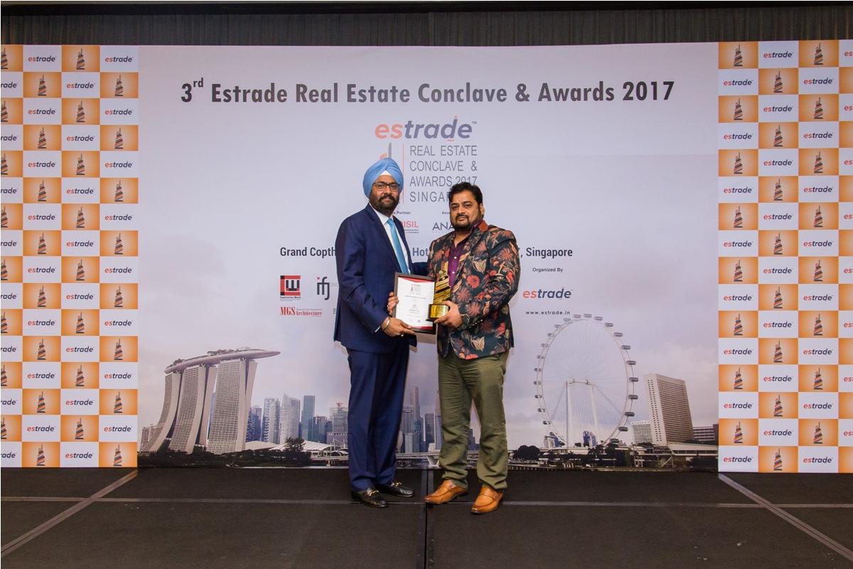 Rahul Sharma, Managing Director (Alchemy Group – Goa) accepting the Award from Ashwinder Raj Singh, CEO - ANAROCK Property Consultant Pvt. Ltd.