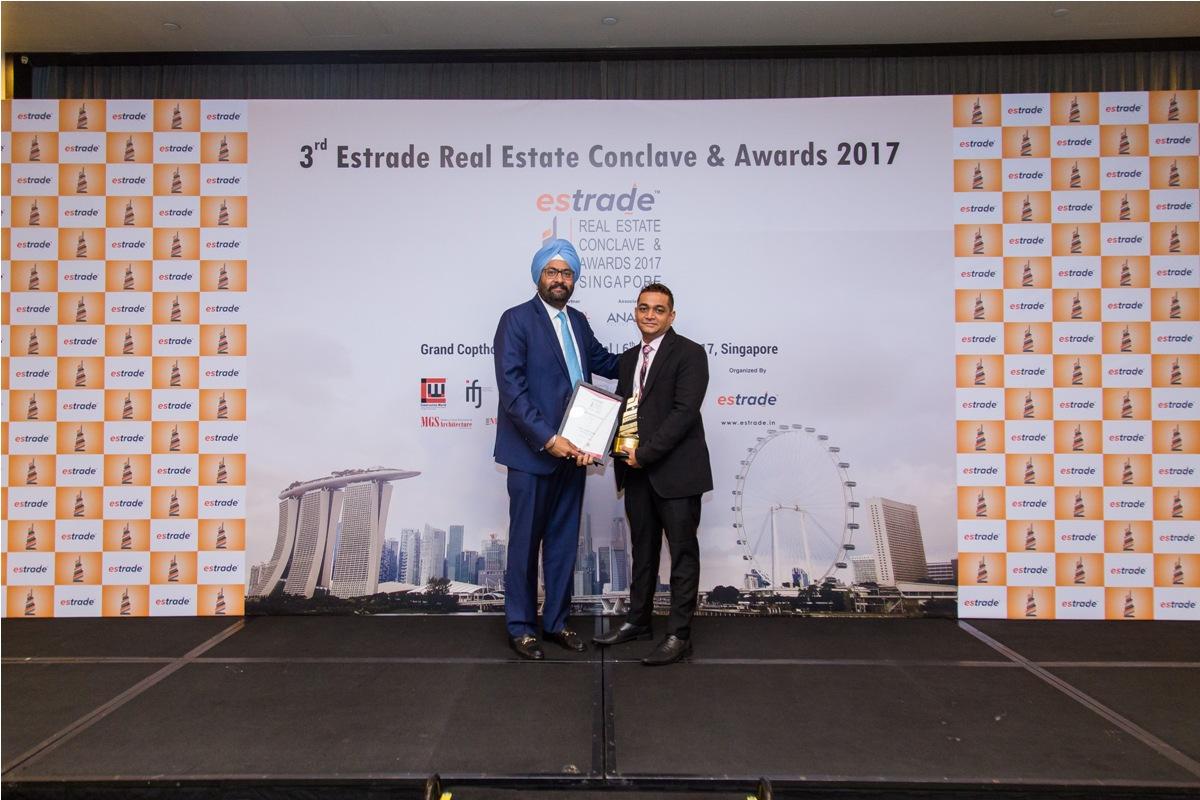 Naitik Lakhani, Managing Director (Earth Group – Gujarat) accepting the Award from Ashwinder Raj Singh, CEO - ANAROCK Property Consultant Pvt. Ltd.