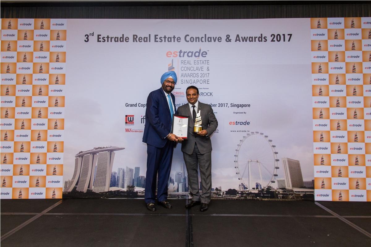 Ajay Nahar, Chairman & Managing Director (Nahar Projects - Mumbai) accepting the Award from Ashwinder Raj Singh, CEO - ANAROCK Property Consultant Pvt. Ltd.