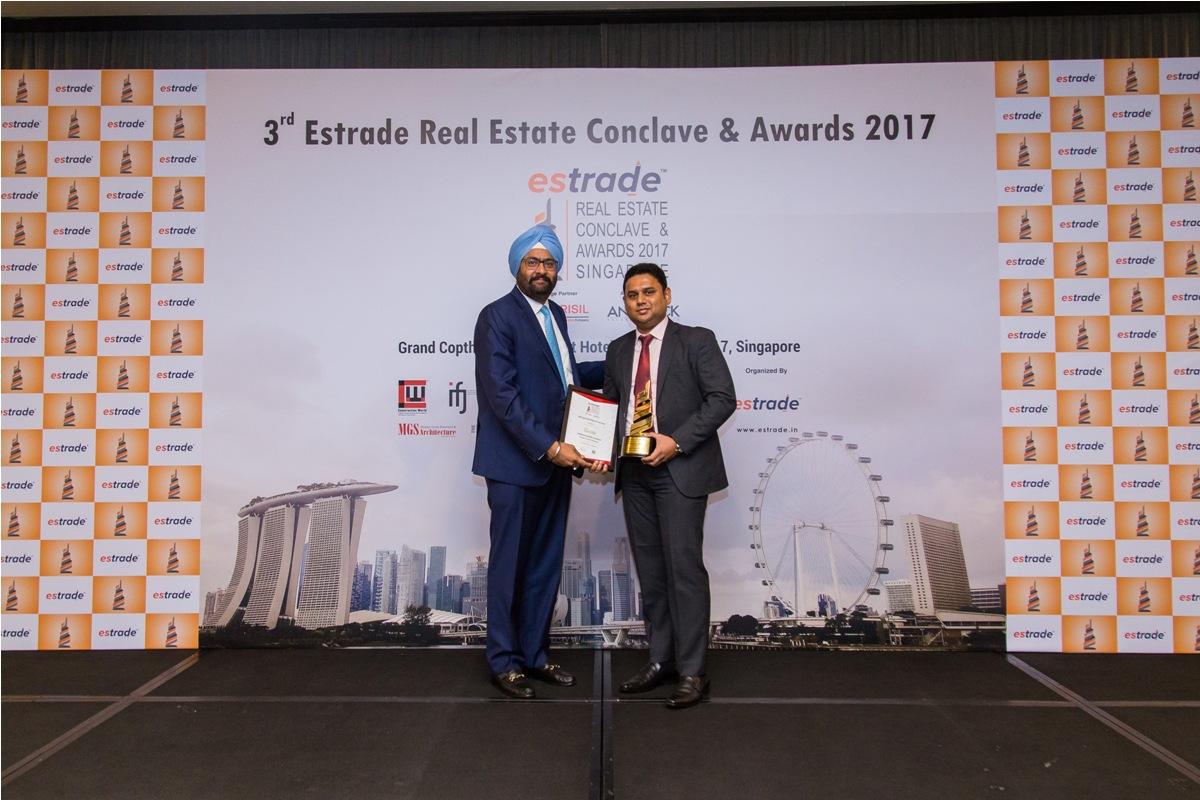 Supreeth Suresh, Managing Partner (Rainbow Properties – Bangalore) accepting the Award from Ashwinder Raj Singh, CEO - ANAROCK Property Consultant Pvt. Ltd.