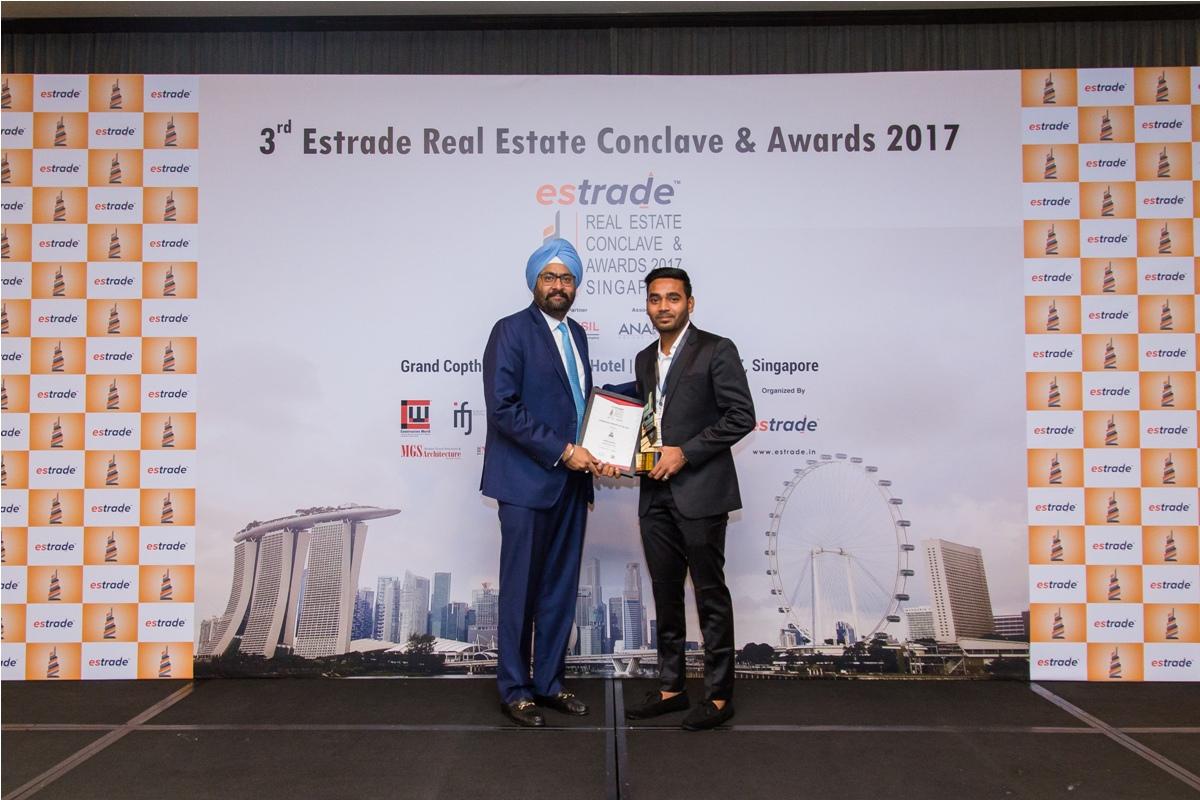 Viral Shah – Director (Avantis Group – Gujarat) accepting the Award from Ashwinder Raj Singh, CEO - ANAROCK Property Consultant Pvt. Ltd.