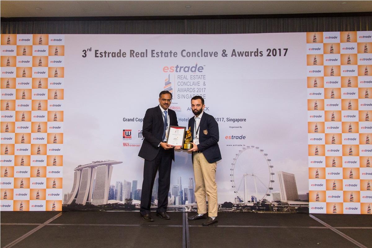 Puneet Sabhlok, Managing Partner (Kaamdhenu Developers - Navi Mumbai) accepting the Award from Sudhir Nair, Director – CRISIL