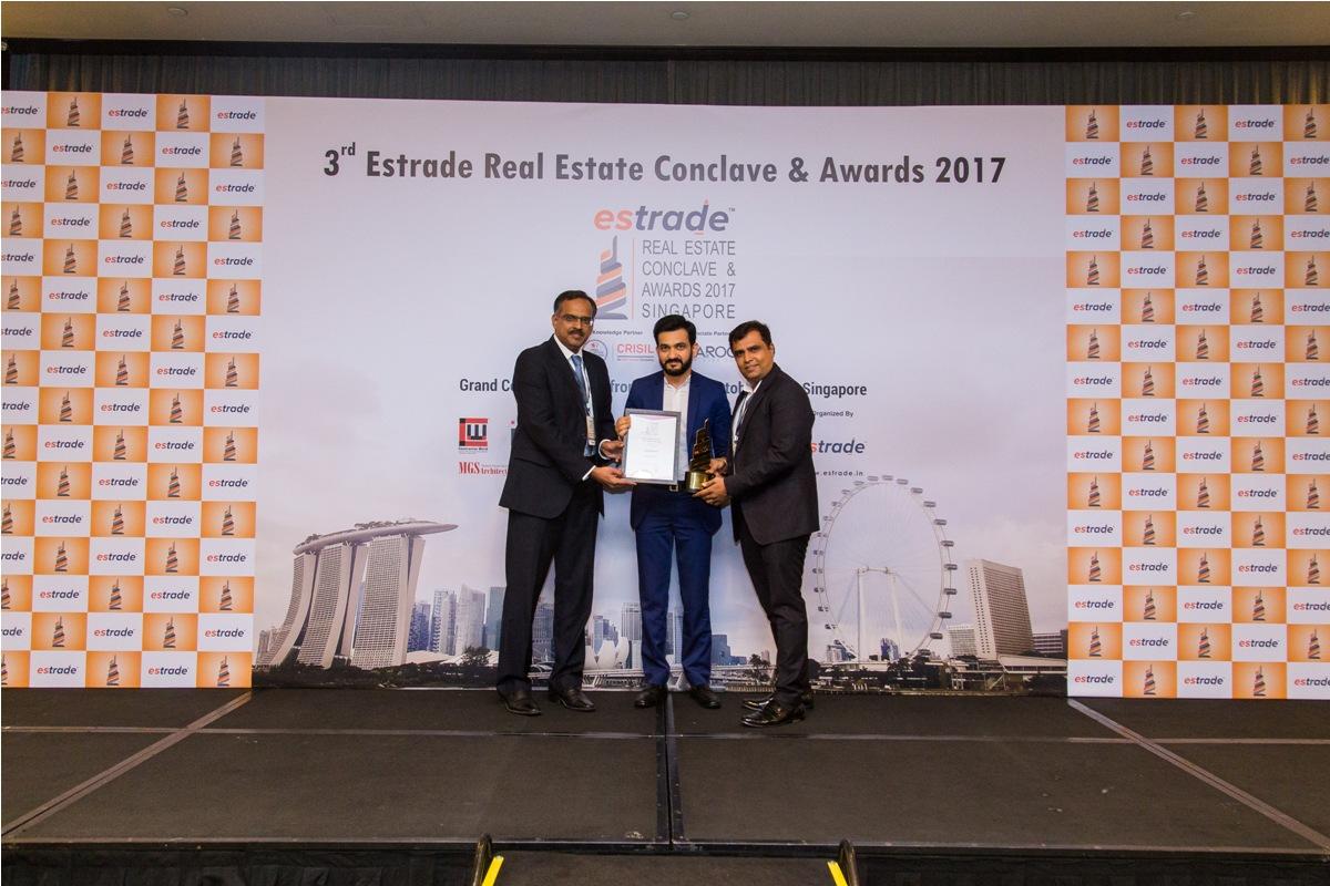 Ashish Jain, Managing Director & Dhanesh Mehta, Partner (Kundan Spaces – Pune) accepting the Award from Sudhir Nair, Director – CRISIL
