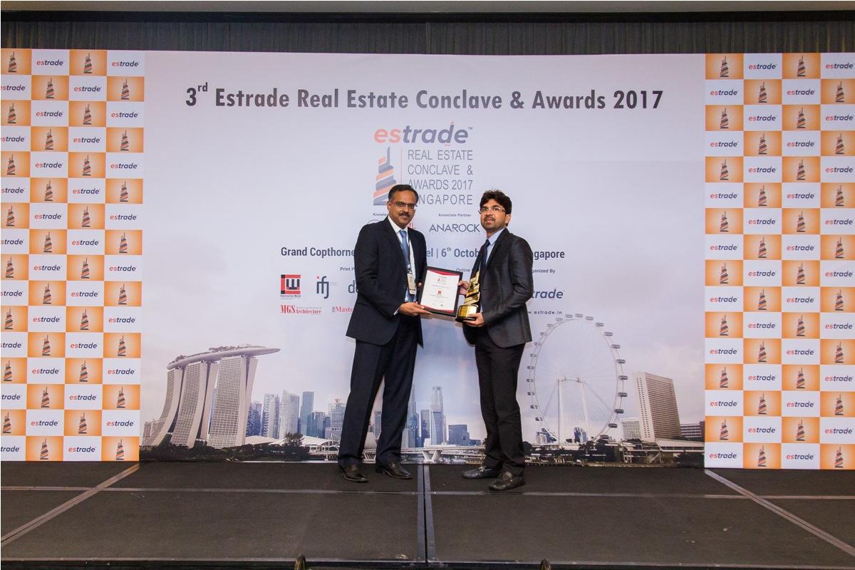 Vijay Reddy, Managing Director (SJR Prime Corporation Pvt. Ltd. – Bangalore) accepting the Award from Sudhir Nair, Director – CRISIL