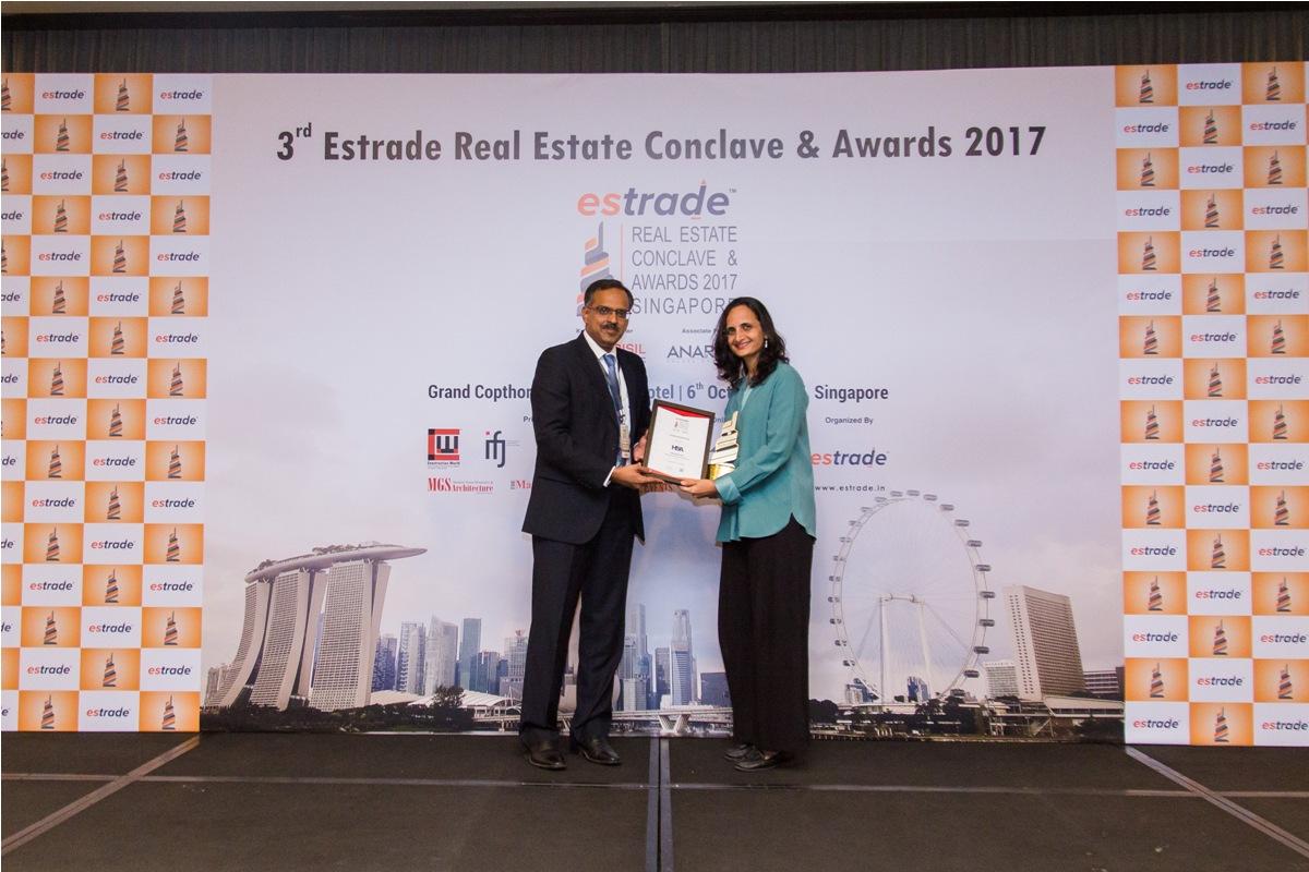 Ar. Tejaswini Pandit, Sr. Manager Design (Hiten Sethi & Associates - Navi Mumbai) accepting the Award from Sudhir Nair, Director – CRISIL